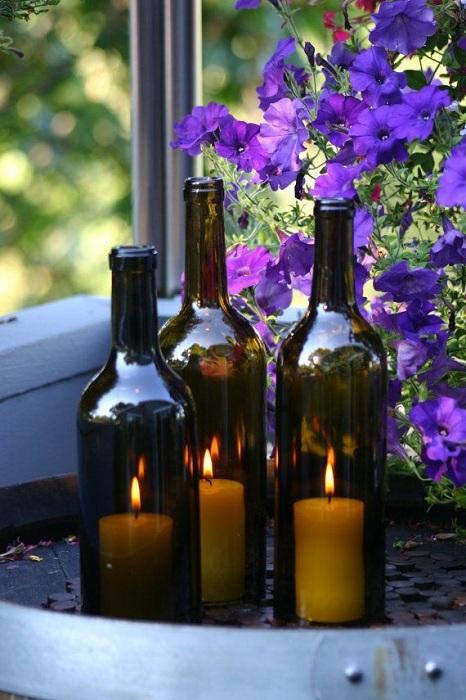 Подсвечники из стеклянной бутылки темного оттенка.