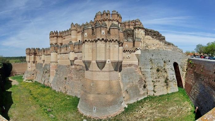 Кастильо-де-Кока - это замок, расположенный в провинции Сеговия, в центральной Испании. Замок, принадлежащий дому Альба, служит туристическим объектом с 1931 года.