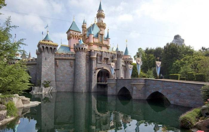 Замок спящей красавицы - это структура, которая стоит в центре Диснейленд Парка в Париже. Замок видно из любой части Диснейленда.