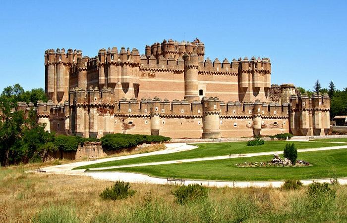 Замок Ла Мота или Кастильо-де-Ла Мота - это реконструированная средневековая крепость, расположенная в городе Медина-дель-Кампо, в провинции Вальядолид, Испания. Она называется так благодаря своему расположению на возвышенном холме Мота.