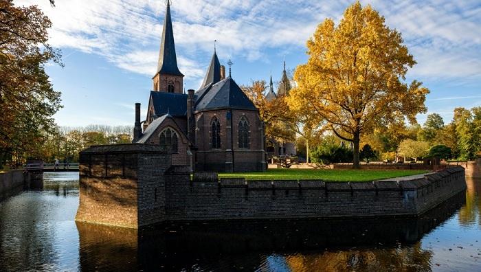Замок Де Хаар расположен в провинции Утрехт в Нидерландах. Интерьер замка украшен богатой резьбой по дереву, которая напоминает интерьер Римско-католической церкви.
