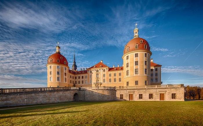 Замок Морицбург - загородная резиденция саксонских курфюрстов дома Веттинов, расположенная в городе Морицбург, в 14 км от Дрездена. Замок славится своими украшениями из песчаника и лепниной.