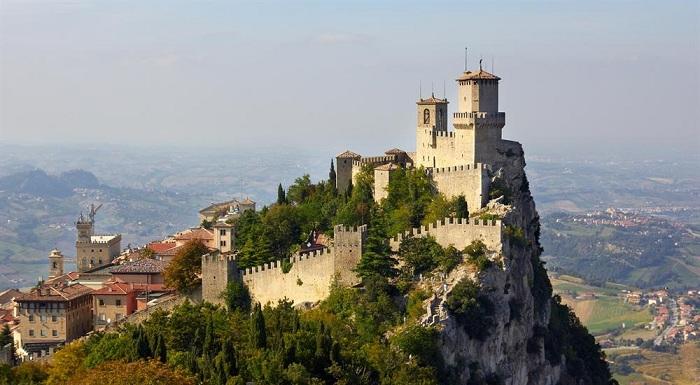 В хорошую и ясную погоду с башни Гуаита можно разглядеть Италию. Именно это государство окружает со всех сторон Сан-Марино.