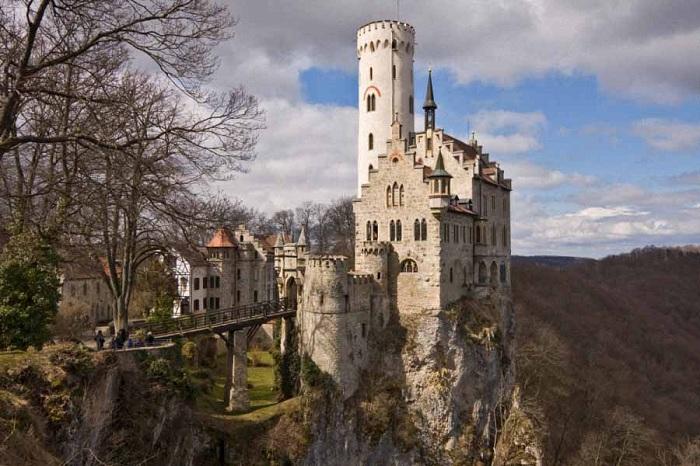 Замок Лихтенштейн расположен на скале в Германии. За свою историю его дважды разрушали. Собственное-описательное название в переводе с английского означает «светлый камень». В замке содержится большая коллекция старинного оружия и доспехов.