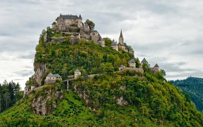 Замок Гохостервитц - средневековый замок в Каринтии, один из красивейших в Австрии. Замок расположен на доломитовой скале высотой 160 м, к востоку от города Санкт-Файт.