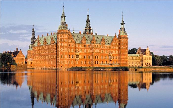 Замок фредериксборг - замок в Хиллеред, Дания. Он был построен как королевская резиденция для короля Кристиана IV и в настоящее время известен как музей национальной истории. Дворец расположен на трех маленьких островах посреди озера.