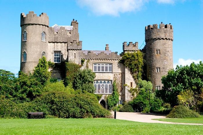 Замок Мэлахайд - расположен недалеко от деревни Мэлахайд, в 14 км к северу от Дублина в Ирландии. Общая площадь замка с прилегающими лесопарковыми насаждениями составляет около 1,1 квадратных километров.