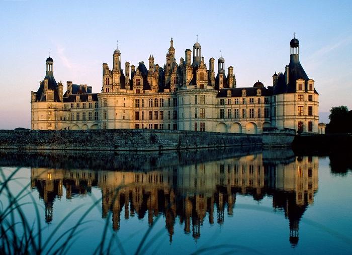 Король Франции - Франциск I очень любил высокое искусство. После посещения Италии ему очень захотелось построить что-то подобное тем дворцам, которые он там видел, и подарить замок даме своего сердца. Так, согласно одной легенде, в долине Луары появился величественный замок Шамбор.