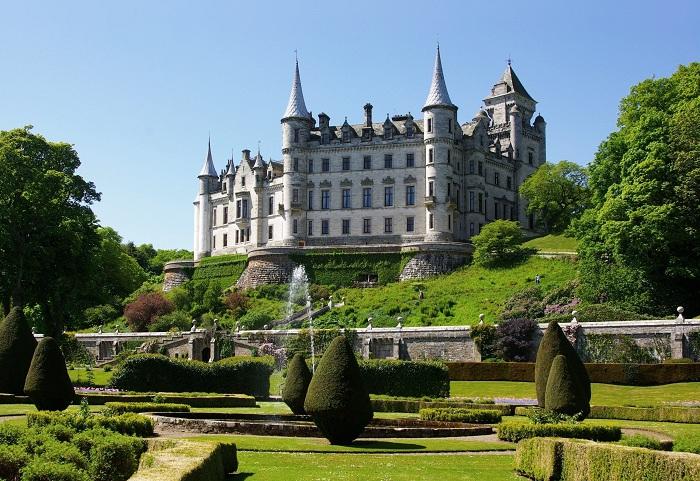 Возведен замок примерно в 1401 г., но в 1845 г. известный европейский архитектор сэр Чарльз Барри организовал грандиозную перестройку, превратив это сооружение в роскошный особняк. При этом он использовал шотландский баронский архитектурный стиль.