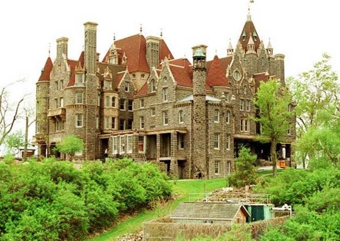 Популярная туристическая достопримечательность. Сооружен в начале 20 в. Спроектировал замок известный американский архитектор немецкого происхождения Джордж Болдт.