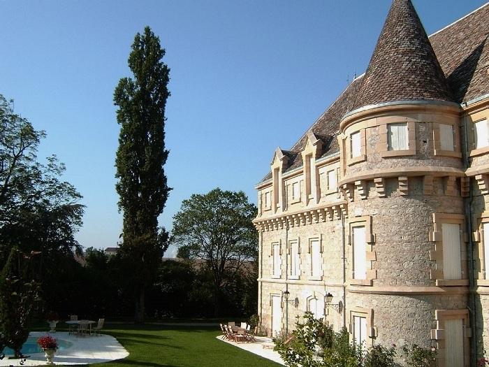 Красивый замок 19-го века сейчас является замком-отелем. Недавно замок подвергался обширной реконструкции. Шато Пломбис можно арендовать в течении всего года.