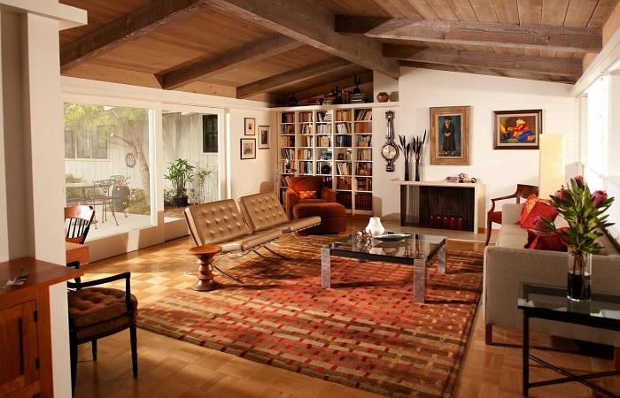 Интересное оформление потолка комнаты деревом.