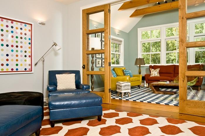 Интересное синее кресло в дополнение спокойной атмосферы комнаты в нейтральных тонах.