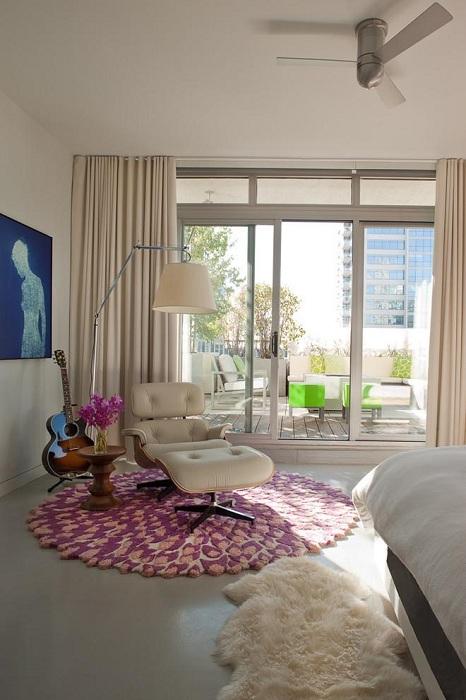 Эта комната наполнена уютном и нежностью в дополнении с красивым светлым креслом для чтения.