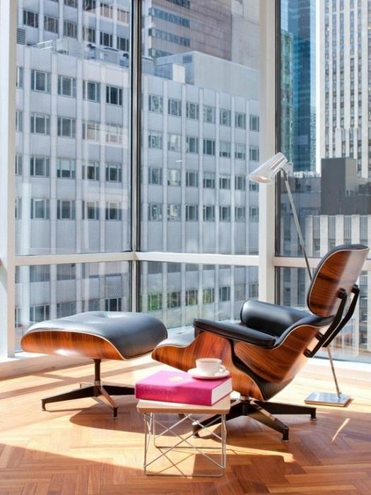 Укромное место с шикарной панорамой за окном и удобным креслом для чтения книг.