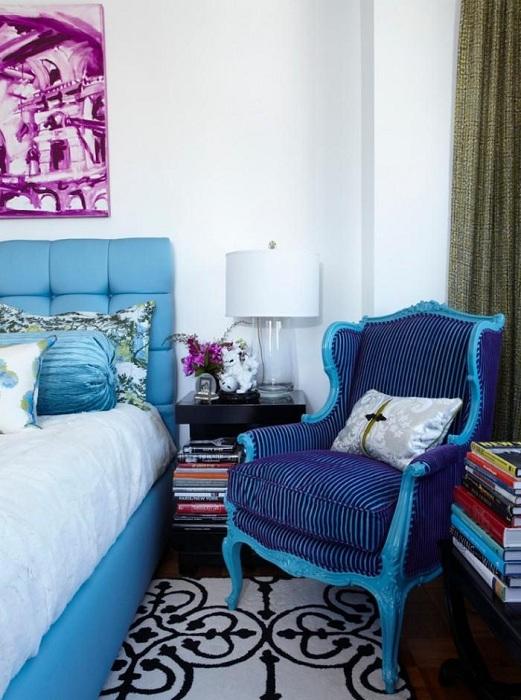 Милое и удобное кресло для чтения книг в спальной.