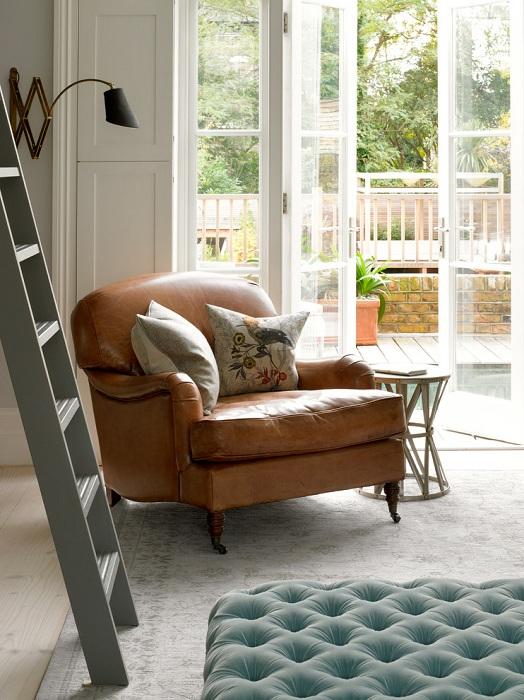 Красивое кожаное кресло для чтения отлично вписалось в обстановку комнаты.