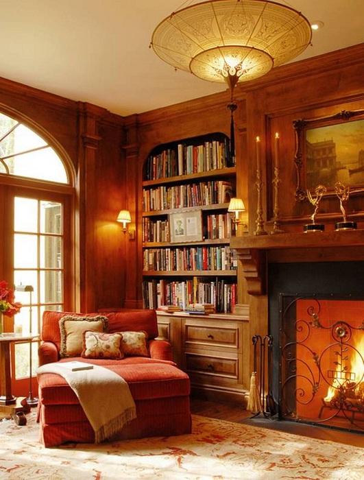 Светлая комната в теплых цветах с положительной энергетикой и удобным креслом для чтения книг.