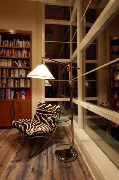 Симпатичное полосатое кресло отлично впишется в комнату для чтения.
