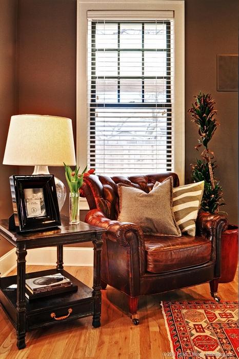 Кожаное кресло для чтения подчеркивает богатство интерьера комнаты.