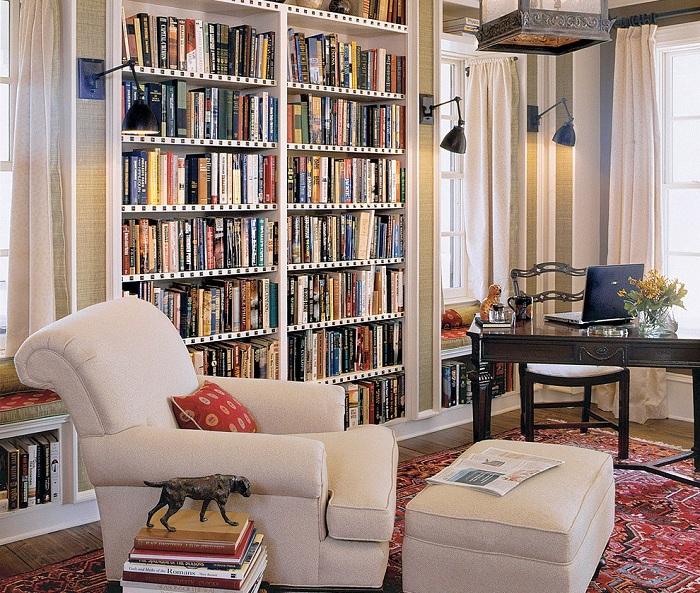 Удобная и универсальная комната с книжными полками и белым креслом для чтения.