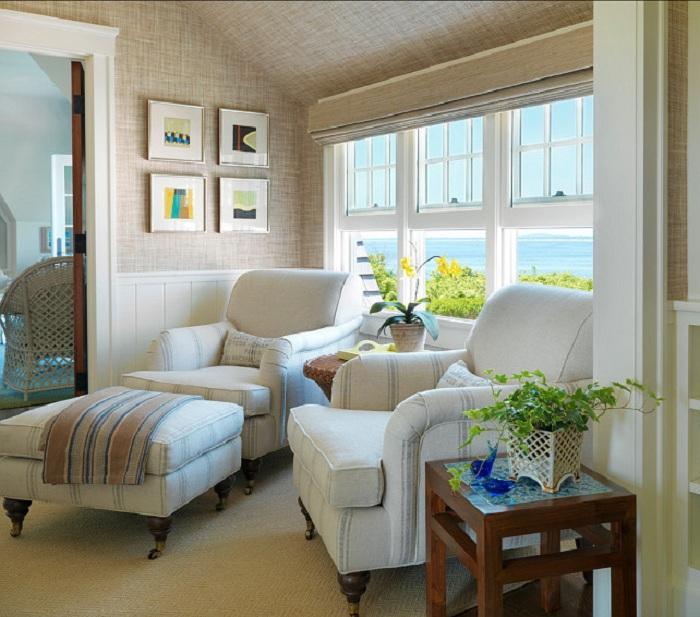 Комната в нежных тонах с двумя отличными креслами для чтения.