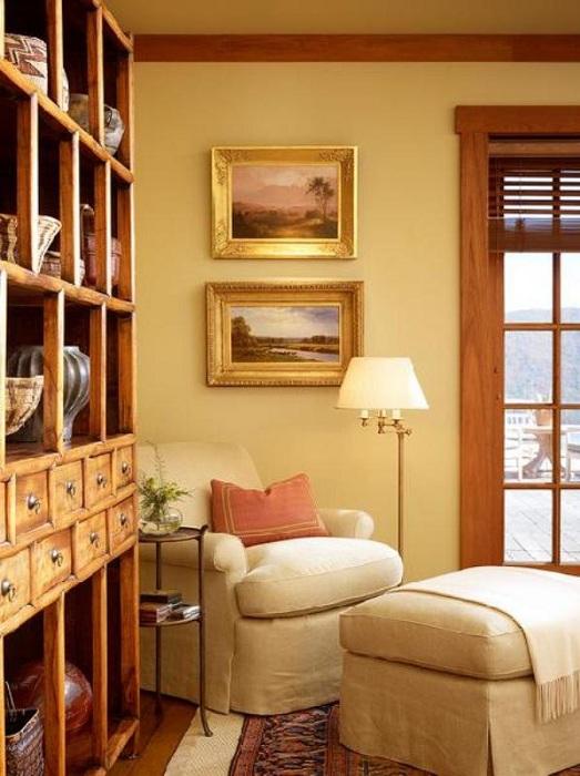 Комната в теплых цветах порадует глаз, а уютное кресло подарит настроение для прочтения хорошей литературы.