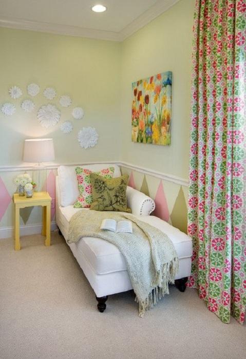 Салатовые и розовые оттенки в интерьере комнаты дополнены белым креслом специально для чтения.
