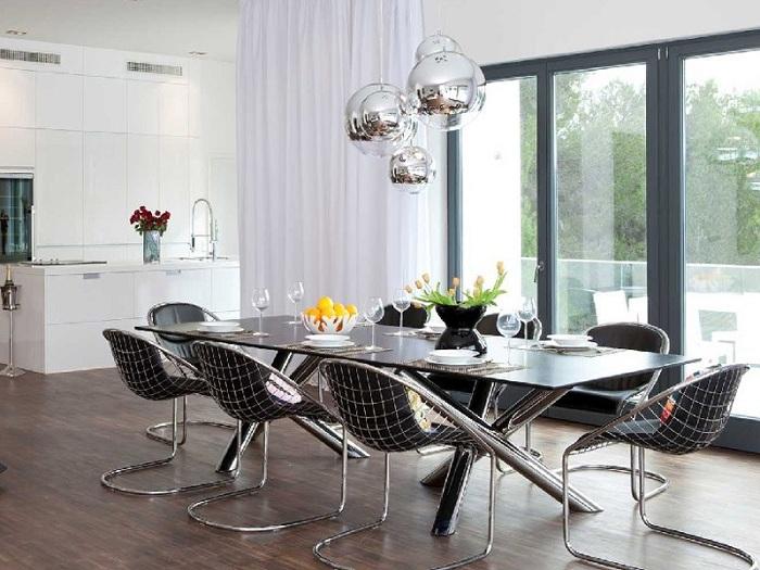 Современная кухня с металлическими фрагментами в отделке интерьера - выглядит особенно интересно, в сочетании с сногсшибательной люстрой.