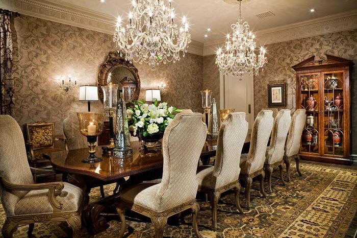 Богатый интерьер с шикарной мебелью и не менее прекрасной люстрой для полного эстетического удовольствия.