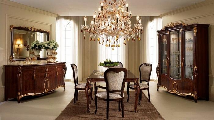 Прекрасная комната которая очень дорого выглядит с необыкновенной люстрой.