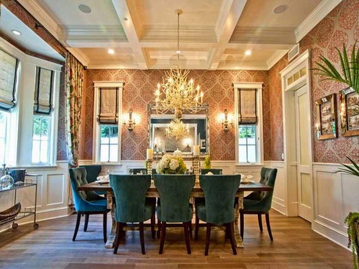 Отличное сочетание интерьера мебели столовой в сочетании с люстрой.
