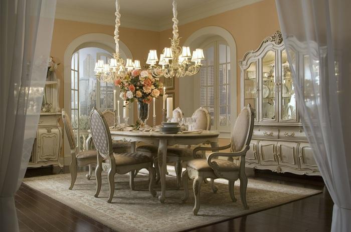 Отличное сочетания уюта и спокойствия в одном месте подарено необычной обстановкой столовой и особым шармом люстры.
