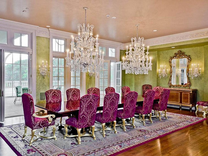 Прекрасное сочетание ярких цветов с шикарными люстрами и светильниками, делают комнату еще более привлекательной и богатой.