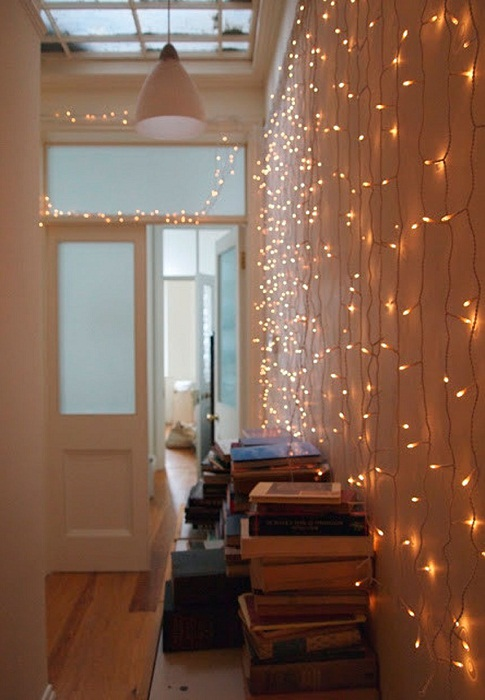 Лучший вариант создать сказочную обстановку в комнате благодаря блестящей стене.