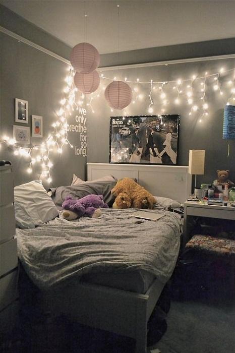 Наилучшее решение создать домашнюю обстановку при помощи украшения комнаты гирляндами.