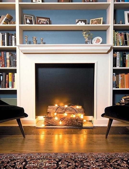 Декорирование комнаты с помощью камина создаст новогоднюю обстановку.