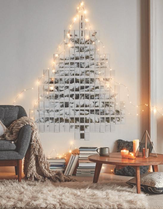 Интересный пример декорирования стены в новогодних мотивах, что создаст сказочное настроение.
