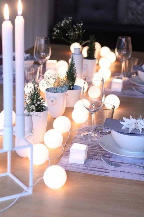 Непростой, но крутой вариант оформления стола с необыкновенной подсветкой.