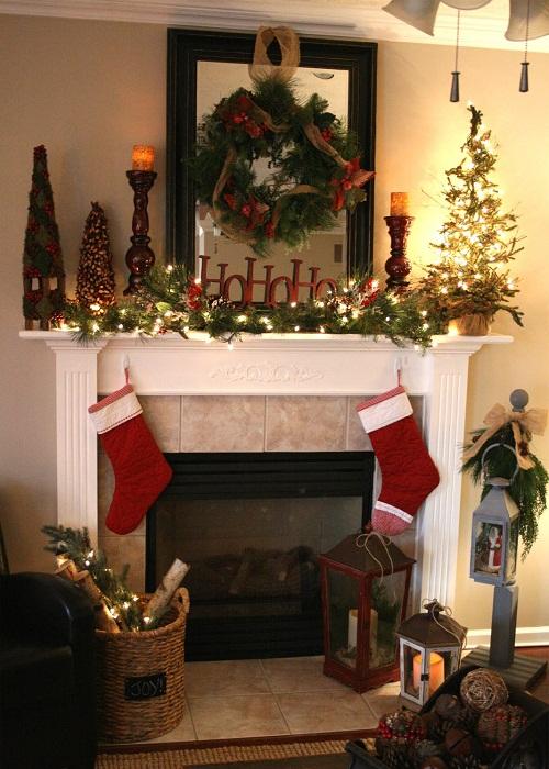 Создаем сказочную обстановку в гостиной благодаря новогоднему декору с множеством символичных элементов.