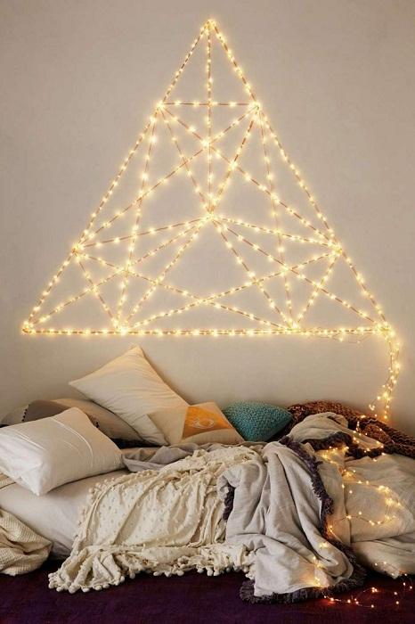 Удачное решение правильно оформить стену гирляндой к новогоднему торжеству.