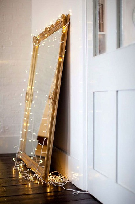 Преображение зеркала за счет использования новогодней гирлянды.