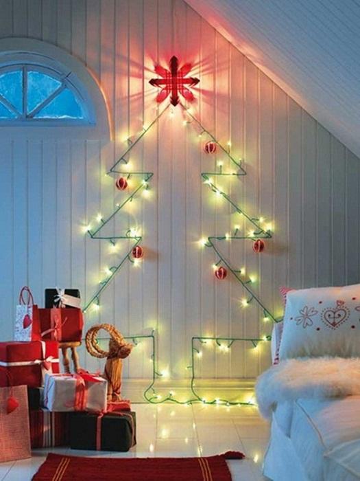 Оригинальный интерьер в комнате создан благодаря изображению елки на стене.