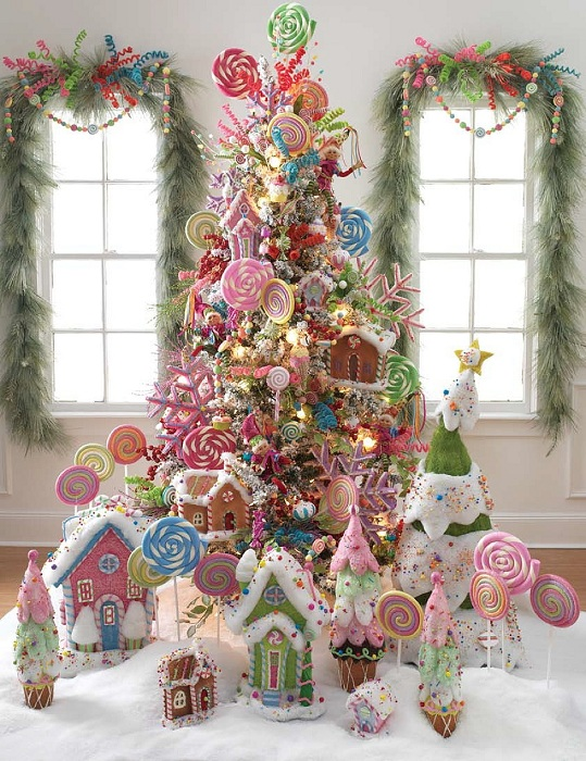 Симпатичное рождественское дерево украшено пряниками и конфетами, непременно порадует сладкоежек.