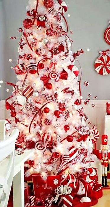 Елочка в красно-белых тонах - яркое и красивое решение, создающее праздничную обстановку дома.