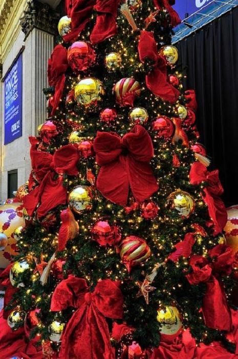 Украшения елки в классических тонах - красный и золотой отлично сочетаются между собой.