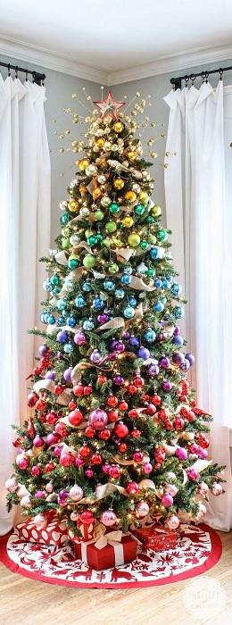 Прекрасное рождественское дерево, которое украшают шарики разных цветов, напоминает радугу.