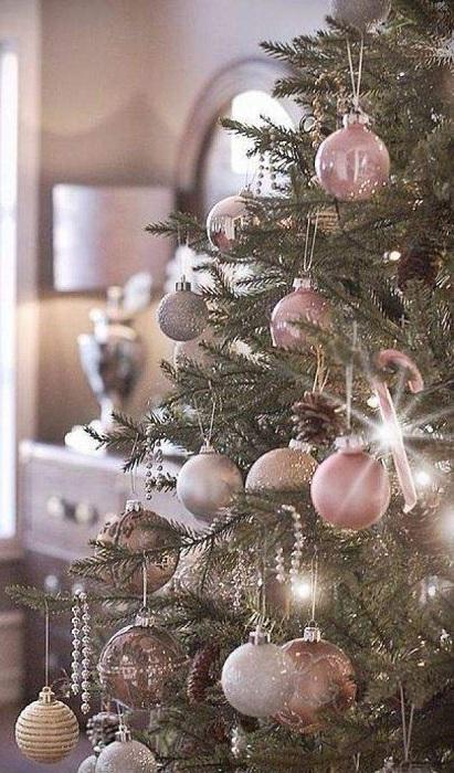 Интересное оформление новогоднего дерева в нежных тонах.