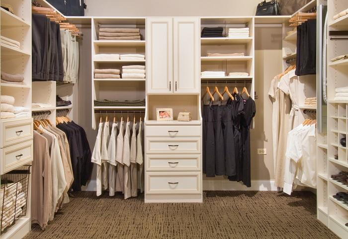 Современное и прекрасное оформление гардеробной комнаты в бежевых тонах с интересным сочетанием цветовой гаммы одежды - кремового, белого и черного цветов.
