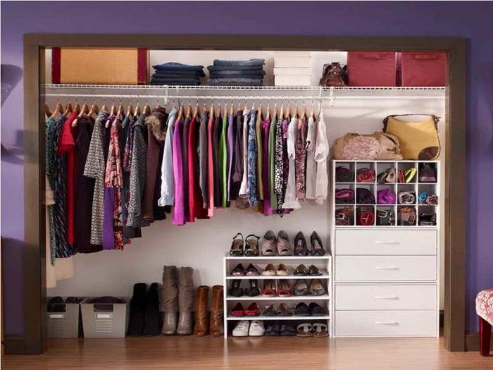 Обыденные практичные цвета в гардеробной комнате подчеркнут её универсальный стиль и покажут массу положительных моментов в оформлении такой комнаты для хранения вещей.